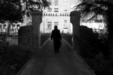 photo noir et blanc d'une passerelle à quimper